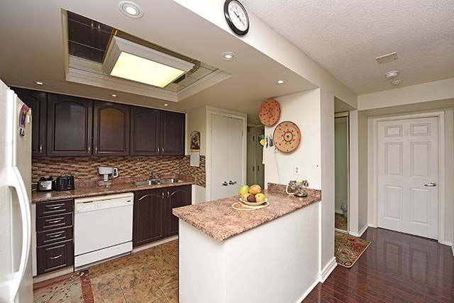 Condo Apartment at 2091 Hurontario St, Unit 910, Mississauga, Ontario. Image 20