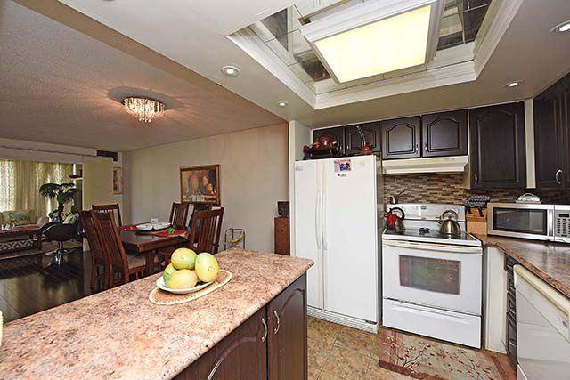 Condo Apartment at 2091 Hurontario St, Unit 910, Mississauga, Ontario. Image 2
