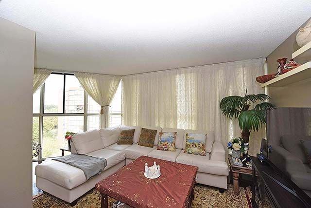 Condo Apartment at 2091 Hurontario St, Unit 910, Mississauga, Ontario. Image 5