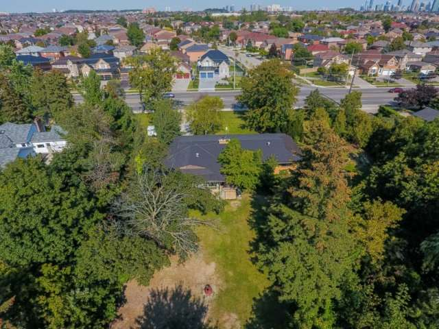 Detached at 5264 Creditview Rd, Mississauga, Ontario. Image 3