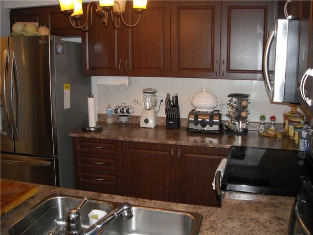 Condo Apartment at 39 Hays Blvd, Unit 9, Oakville, Ontario. Image 2
