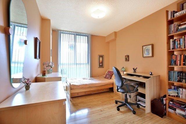Condo Apartment at 1320 Mississauga Valley Blvd, Unit 816, Mississauga, Ontario. Image 3