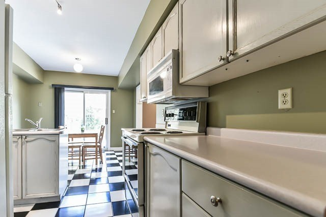 Townhouse at 1261 Killaby Dr, Mississauga, Ontario. Image 2