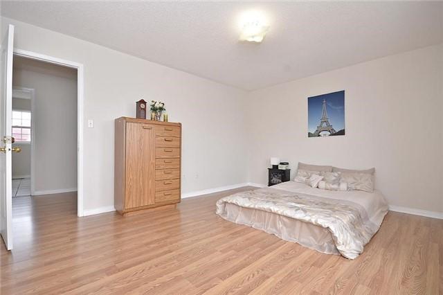 Detached at 214 Queen Mary Dr, Brampton, Ontario. Image 2