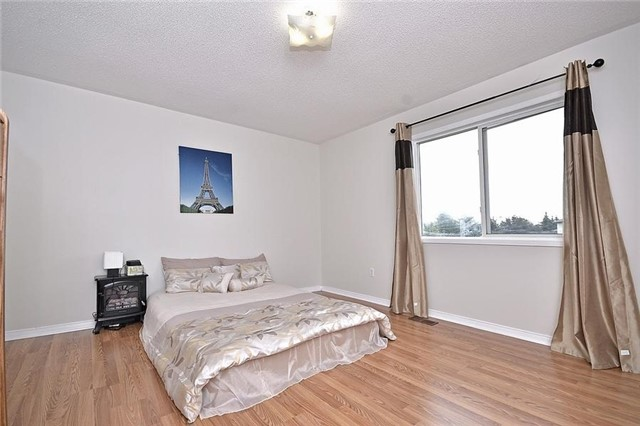 Detached at 214 Queen Mary Dr, Brampton, Ontario. Image 3