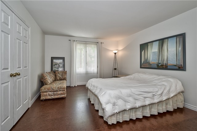 Detached at 3102 Lakeshore Rd W, Oakville, Ontario. Image 10