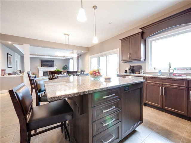 Detached at 640 Lakeview Dr, Woodstock, Ontario. Image 2