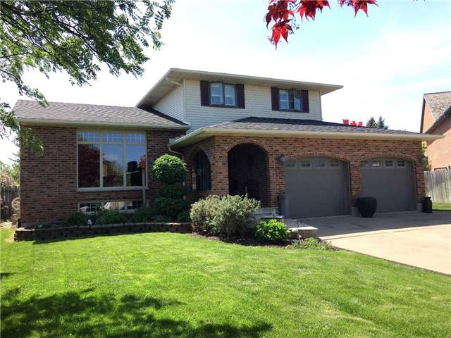 Detached at 43 Ridge Point Dr, St. Catharines, Ontario. Image 12