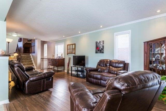 Detached at 582 Little Dover Cres, Kitchener, Ontario. Image 3