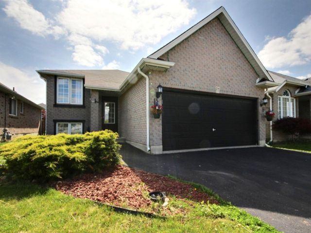 Detached at 17 Bradley Lane, Brantford, Ontario. Image 4