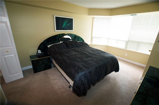 Condo Apartment at 6 Willow St, Unit 2008, Waterloo, Ontario. Image 6