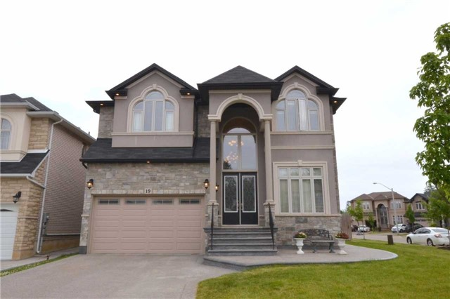Detached at 19 Lorupe Crt, Hamilton, Ontario. Image 1