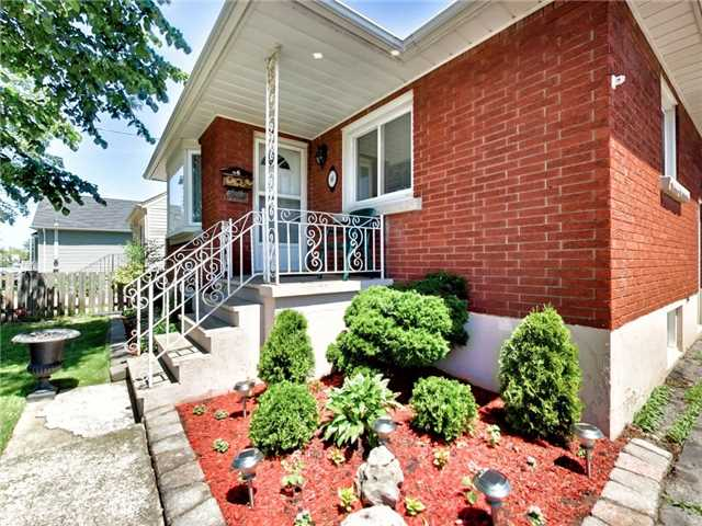 Duplex at 46 Lorne St, St. Catharines, Ontario. Image 14