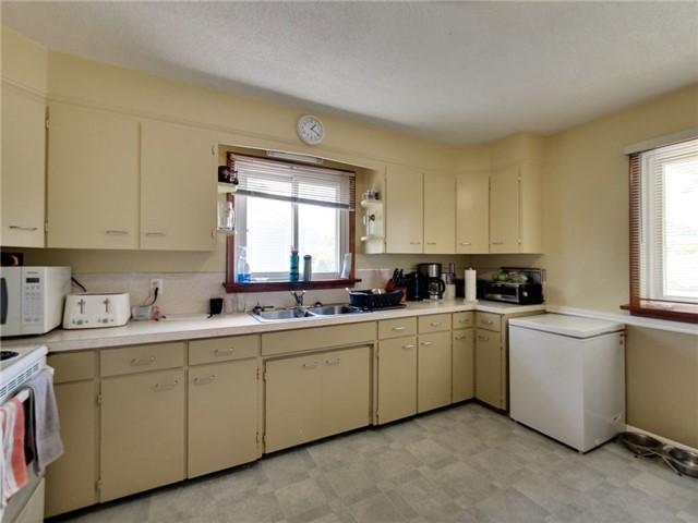 Duplex at 46 Lorne St, St. Catharines, Ontario. Image 20