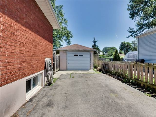 Duplex at 46 Lorne St, St. Catharines, Ontario. Image 11