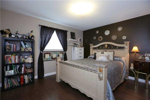 Detached at 13 Loneoak Cres, Hamilton, Ontario. Image 6