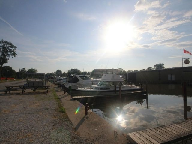 Detached at 814 Cedar Island Dr, Kingsville, Ontario. Image 5