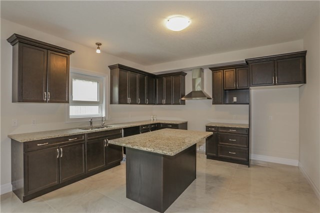 Detached at 725 Spitfire St, Woodstock, Ontario. Image 3