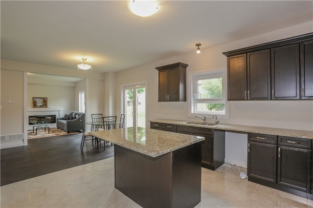 Detached at 725 Spitfire St, Woodstock, Ontario. Image 4