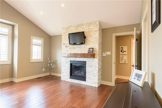 Detached at 27 Donland Ave, Grimsby, Ontario. Image 6