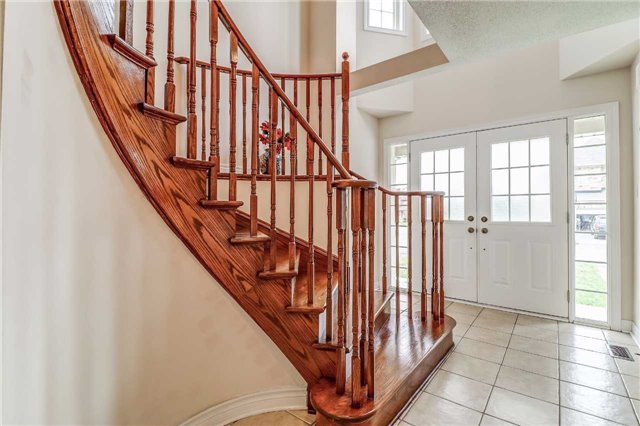 Detached at 19 Fred Fisher Cres, St. Catharines, Ontario. Image 14