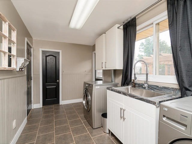 Detached at 6 Summerfield Dr, Guelph, Ontario. Image 2