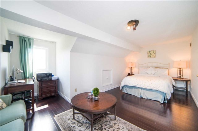 Townhouse at 17 Waterford Cres, Hamilton, Ontario. Image 3