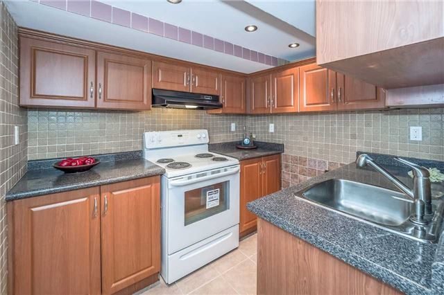 Detached at 27 Atto Dr, Guelph, Ontario. Image 8