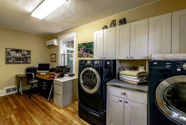 Detached at 169 Main St W, Grimsby, Ontario. Image 2