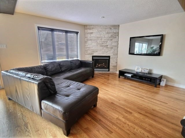 Semi-detached at 16 Pebblemill Lane, Russell, Ontario. Image 2