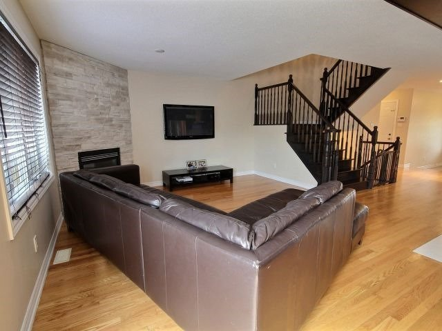 Semi-detached at 16 Pebblemill Lane, Russell, Ontario. Image 3