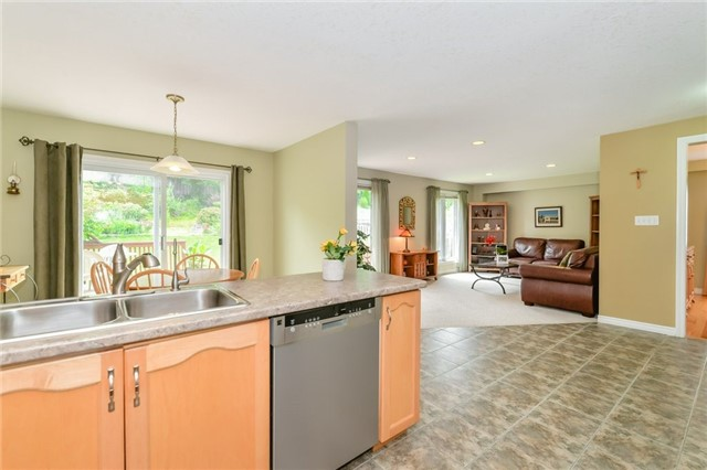 Detached at 220 Deerpath Dr, Guelph, Ontario. Image 17