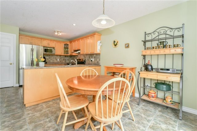 Detached at 220 Deerpath Dr, Guelph, Ontario. Image 18