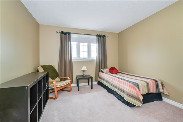 Detached at 220 Deerpath Dr, Guelph, Ontario. Image 3