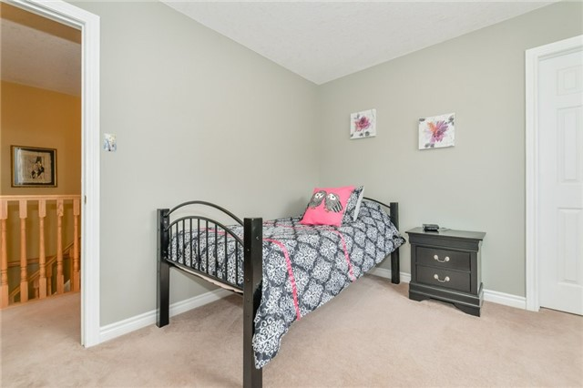 Detached at 220 Deerpath Dr, Guelph, Ontario. Image 4