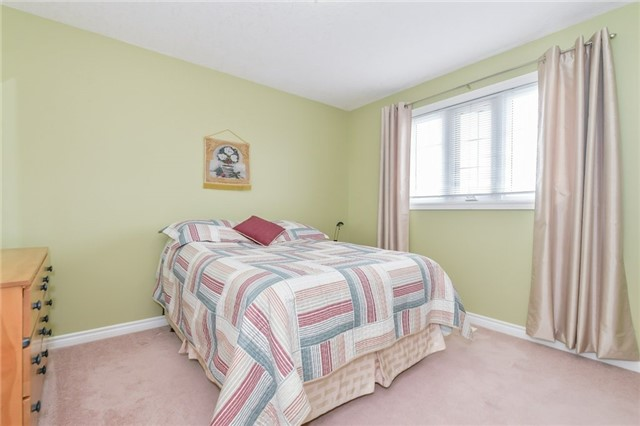 Detached at 220 Deerpath Dr, Guelph, Ontario. Image 6