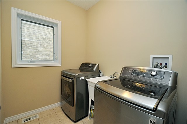 Detached at 626 Sundew Dr, Waterloo, Ontario. Image 2