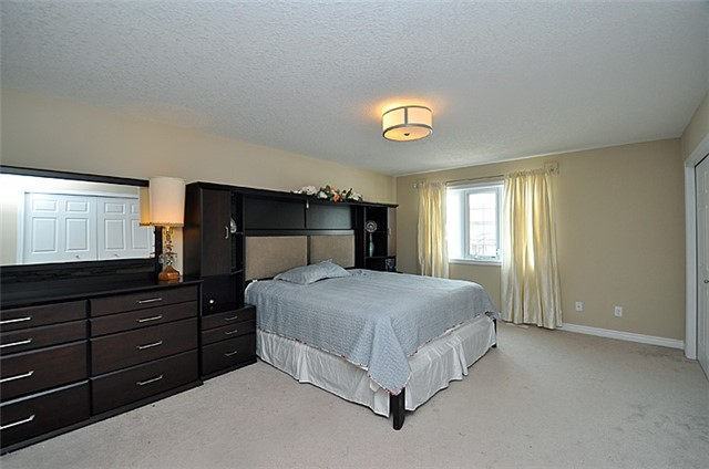 Detached at 626 Sundew Dr, Waterloo, Ontario. Image 5