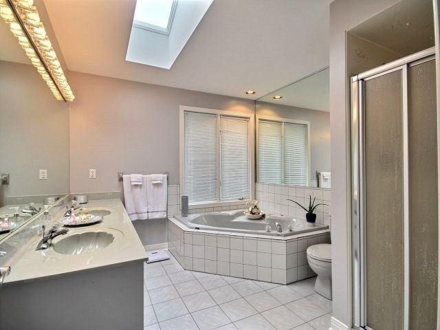 Detached at 27 Caithness Crt, London, Ontario. Image 4
