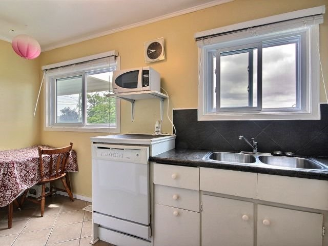 Detached at 61 Whyte N. Ave, Thorold, Ontario. Image 2