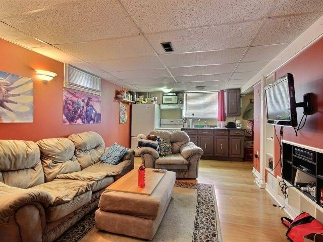 Detached at 61 Whyte N. Ave, Thorold, Ontario. Image 4