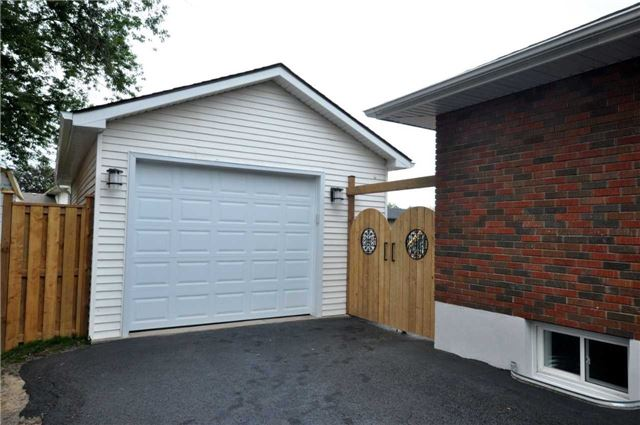 Detached at 644 Vine St, St. Catharines, Ontario. Image 9