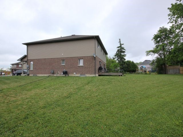 Semi-detached at 100 Macneil Crt, Haldimand, Ontario. Image 8