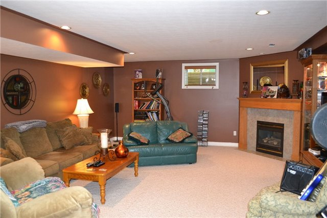 Detached at 11 Chele-Mark Rd, Woodstock, Ontario. Image 3