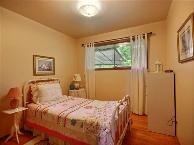 Detached at 40 Meadow Cres, Kitchener, Ontario. Image 4
