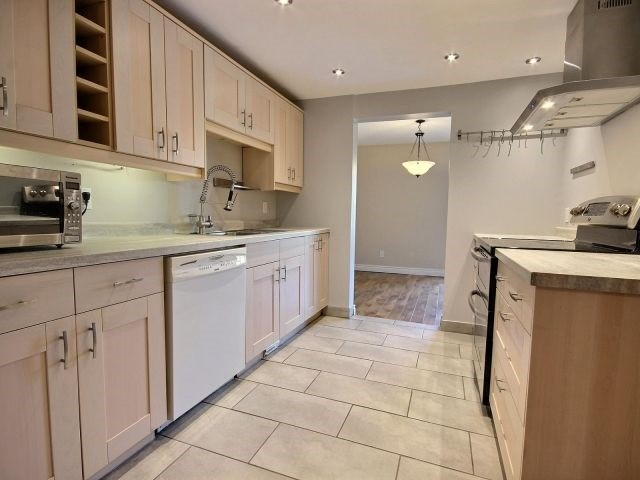 Condo Townhouse at 1085 Millwood Crt, Unit 1085, Ottawa, Ontario. Image 8