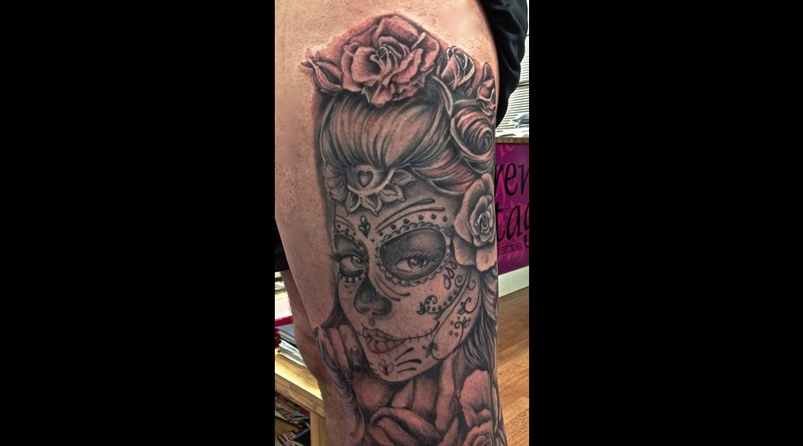 Candy Skull Leg Piece Black White