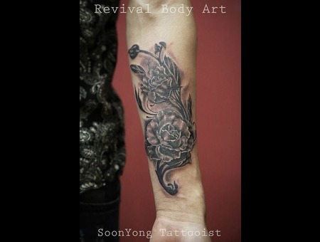 Realism Rose Black Grey Forearm