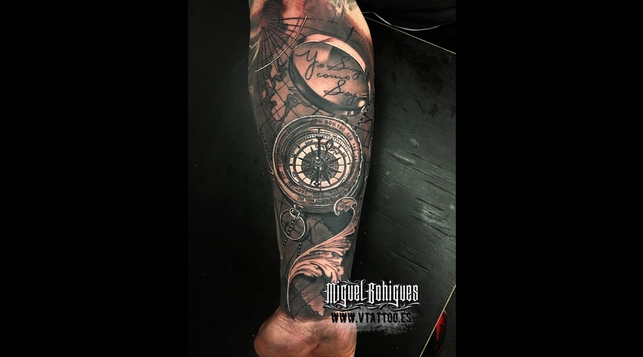 Compass  Realism Black Grey