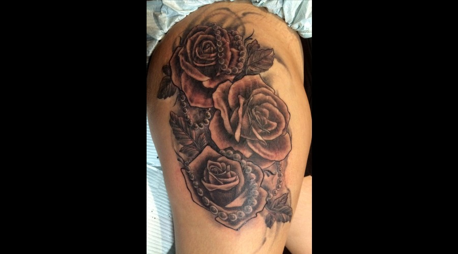 Roses Pearls Black Grey Thigh